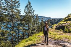 Fille à la roche de carrière à Vancouver du nord, AVANT JÉSUS CHRIST, Canada Image libre de droits