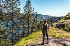Fille à la roche de carrière à Vancouver du nord, AVANT JÉSUS CHRIST, Canada Images libres de droits