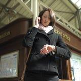 Fille à la station de train Images libres de droits