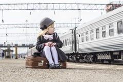 Fille à la station de train photographie stock libre de droits