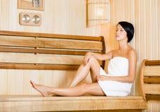 Fille à moitié nue détendant dans le sauna Photo libre de droits