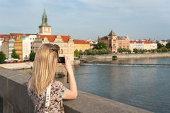 Fille à Prague prenant des photos Photo stock