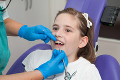 Fille à un examen de dentiste Photos stock