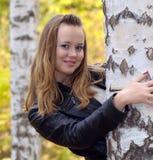 Fille à une forêt de bouleau Photographie stock libre de droits