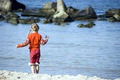 Fille à une plage Photo libre de droits