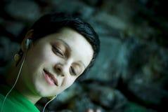 Fille écoutant la musique photo stock