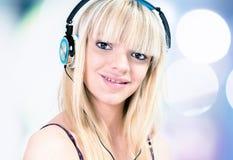Fille écoutant la musique avec l'écouteur Images stock
