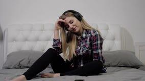Fille écoutant la musique banque de vidéos