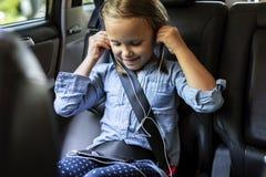 Fille écoutant la musique dans la voiture image stock