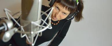 Fille, écouteurs, microphone Image stock
