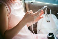 Fille écrivant SMS au téléphone Photos stock