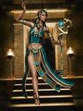 Fille égyptienne d'imagination avec un personnel de cobra Photographie stock libre de droits