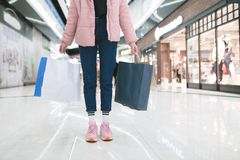 Fille élégante avec des paniers dans les mains d'un mail Concept d'achats photographie stock libre de droits