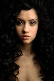 Fille élégante avec le cheveu bouclé Photographie stock libre de droits