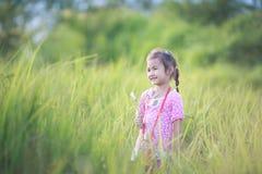 Fille élégante d'enfant souriant à l'arrière-plan de nature Photos libres de droits
