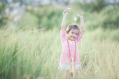 Fille élégante d'enfant souriant à l'arrière-plan de nature Images stock