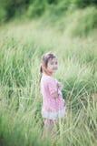 Fille élégante d'enfant souriant à l'arrière-plan de nature Photographie stock libre de droits