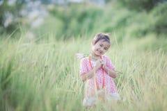 Fille élégante d'enfant souriant à l'arrière-plan de nature Images libres de droits