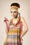 Fille élégante dans la robe colorée avec des tresses photographie stock