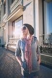 Fille élégante et à la mode sur une promenade autour de la ville Images libres de droits