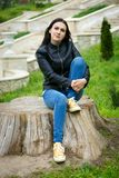 Fille élégante s'asseyant sur le vieux tronçon Femme heureuse de hippie détendant sur la nature image stock
