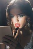 Fille élégante sexy avec le rouge à lèvres rouge Photographie stock libre de droits