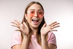 Fille émotive étonnée de hippie avec les mains ouvertes regardant la caméra images libres de droits