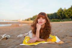 Fille érotique sur le quai de la rivière Volga images libres de droits
