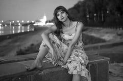 Fille érotique sur le quai de la rivière Volga image stock