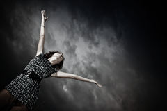 Fille étirant des bras dans le ciel Photographie stock libre de droits