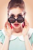 Fille étonnée dans des lunettes de soleil rondes Photographie stock