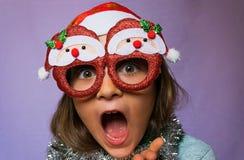 Fille étonnée en chapeau et verres de Santa s Photos libres de droits