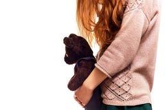 Fille étreignant son ours de nounours préféré Photos stock