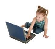 Fille adorable avec l'ordinateur portatif Image libre de droits