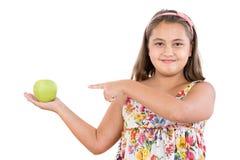 Fille adorable avec la robe fleurie avec une pomme photo stock