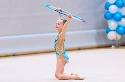 Fille adorable concurrençant en gymnastique rythmique photo libre de droits