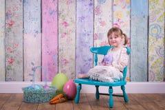 Fille adorable d'enfant en bas âge dans sa robe de Pâques images stock
