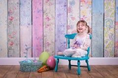 Fille adorable d'enfant en bas âge dans sa robe de Pâques photo stock