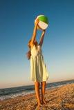 Fille adorable d'enfant en bas âge jouant la boule sur la plage de sable photo stock