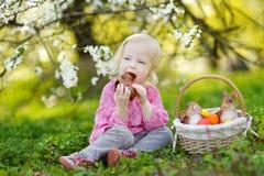Fille adorable d'enfant en bas âge mangeant le lapin de chocolat Images stock