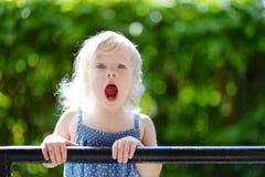 Fille adorable d'enfant en bas âge effectuant les visages drôles Photo stock