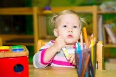 Fille adorable d'enfant jouant avec les jouets éducatifs dans la chambre de crèche Enfant dans le jardin d'enfants en classe d'éc Photo stock