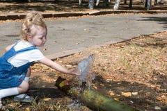 Fille adorable de petit enfant en parc Employez-le pour le bébé, concept de parenting Photo stock