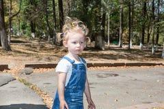 Fille adorable de petit enfant en parc Employez-le pour le bébé, concept de parenting Images libres de droits