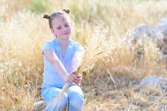 Fille adorable de portrait petite, ?ge 9-10 sur le champ jaune d'automne image stock