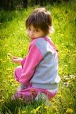 Fille adorable en fleurs de floraison de pissenlit photos libres de droits