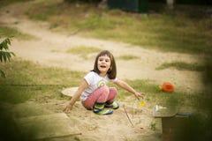Fille adorable jouant avec des jouets dans un sable Photo stock