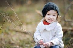 Fille adorable le printemps ou l'automne tôt Photos stock