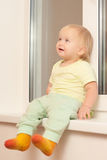 Fille adorable s'asseyant sur l'attache d'hublot image libre de droits