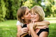 Amour - femme mûre avec le portrait d'enfant Image libre de droits